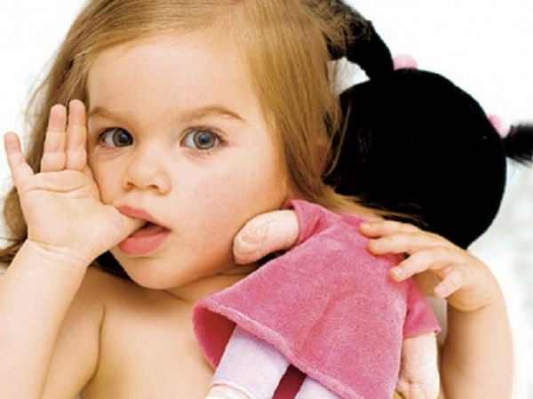 Педиатры говорят, что ребенок может сосать палец до полутора лет. С помощь